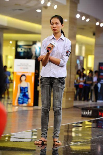 Mặc đồng phục, đeo dép lê đi thi Vietnams Next Top Model, cô gái này đã có màn lột xác ngoạn mục 1 năm sau đó! - Ảnh 3.