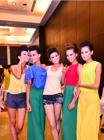 Mặc đồng phục, đeo dép lê đi thi Vietnams Next Top Model, cô gái này đã có màn lột xác ngoạn mục 1 năm sau đó! - Ảnh 11.