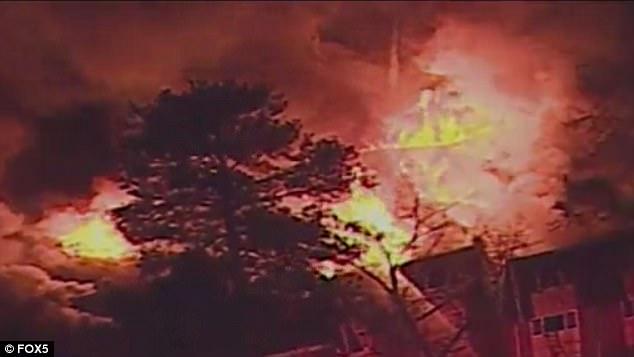 Giữa biển lửa dữ dội, cha nhanh trí ném các con ra khỏi ban công, giúp cả nhà 12 người sống sót nhiệm màu 006