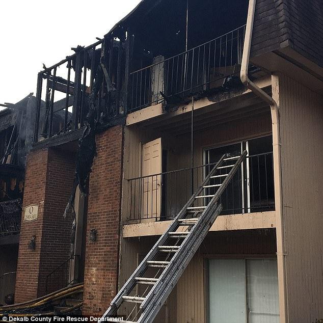 Giữa biển lửa dữ dội, cha nhanh trí ném các con ra khỏi ban công, giúp cả nhà 12 người sống sót nhiệm màu 0010
