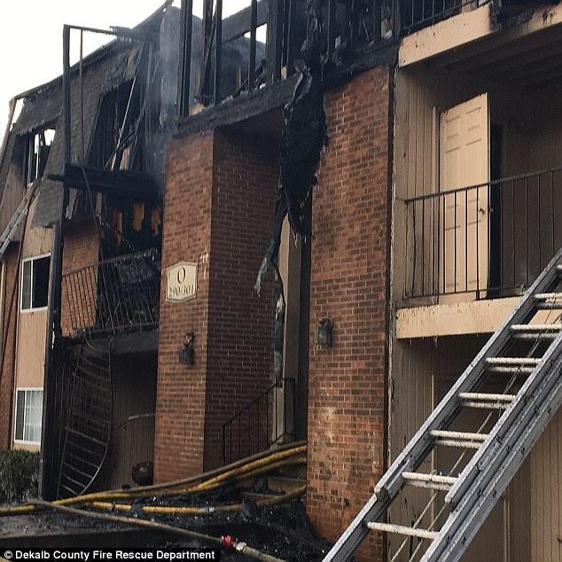 Giữa biển lửa dữ dội, cha nhanh trí ném các con ra khỏi ban công, giúp cả nhà 12 người sống sót nhiệm màu 0011