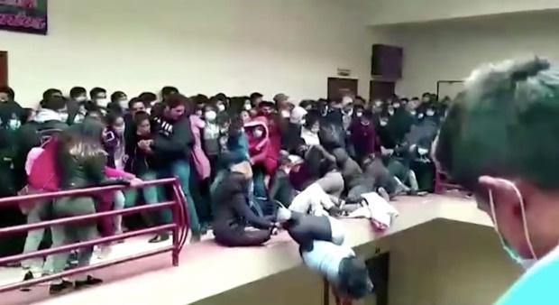 5 sinh viên Bolivia chết khi lan can ban công trường đại học sụp đổ - Ảnh 3.