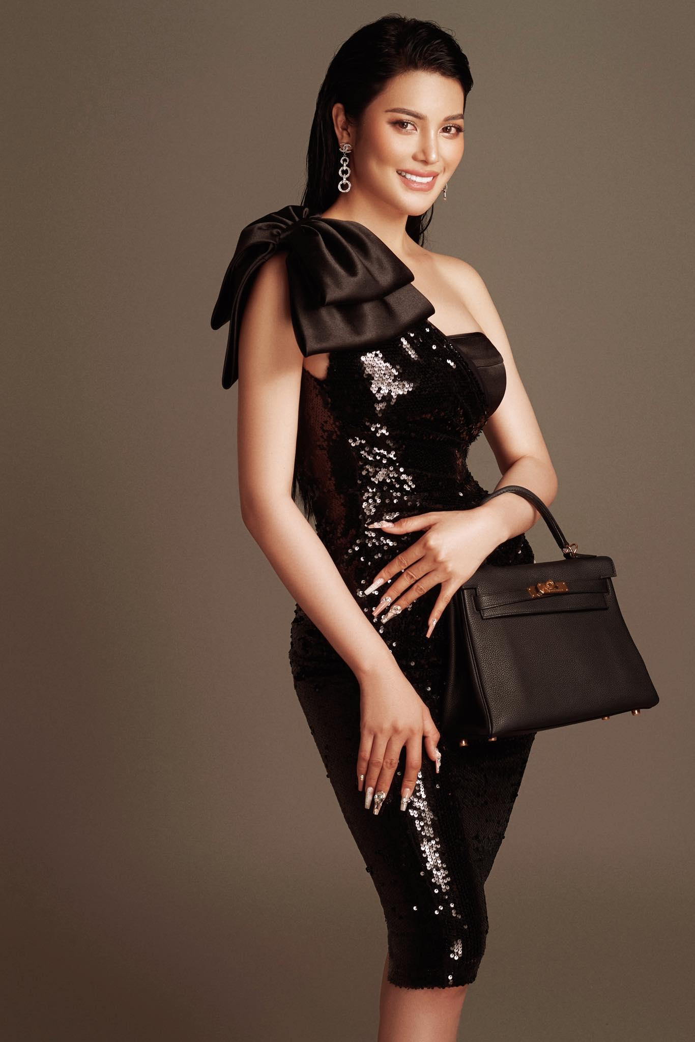 """Thú vui xa xỉ của ngọc nữ Bolero Lily Chen: Diện túi hiệu theo cách """"độc nhất vô nhị"""", có chiếc còn dùng để che nội y - Ảnh 1."""