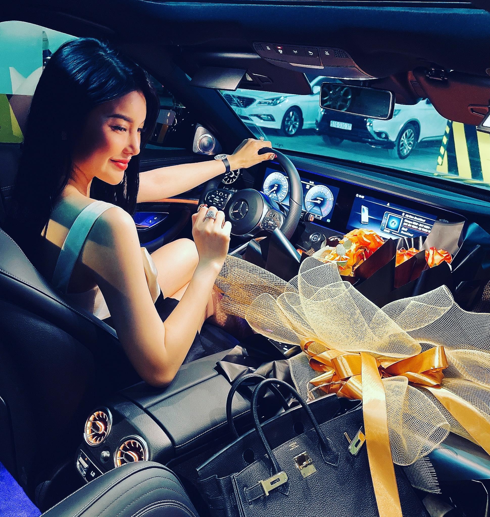 """Thú vui xa xỉ của ngọc nữ Bolero Lily Chen: Diện túi hiệu theo cách """"độc nhất vô nhị"""", có chiếc còn dùng để che nội y - Ảnh 2."""