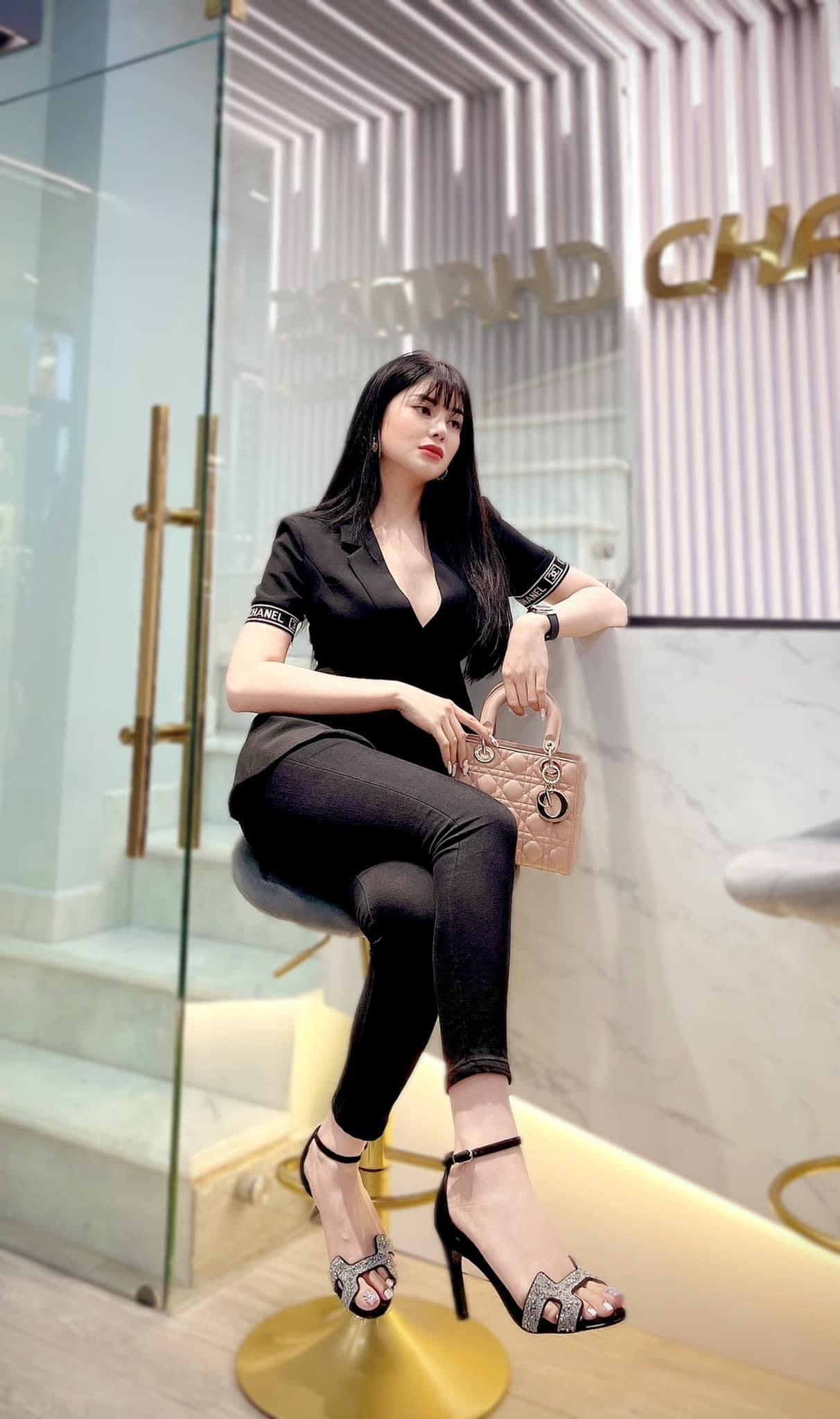 """Thú vui xa xỉ của ngọc nữ Bolero Lily Chen: Diện túi hiệu theo cách """"độc nhất vô nhị"""", có chiếc còn dùng để che nội y - Ảnh 6."""