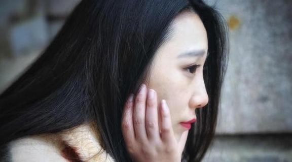 Tăng ca về muộn, thấy một người phụ nữ lạ mặt chờ sẵn ở cửa, tôi bất ngờ với thân phận và càng choáng váng trước lời đề nghị của chị ta - Ảnh 1.