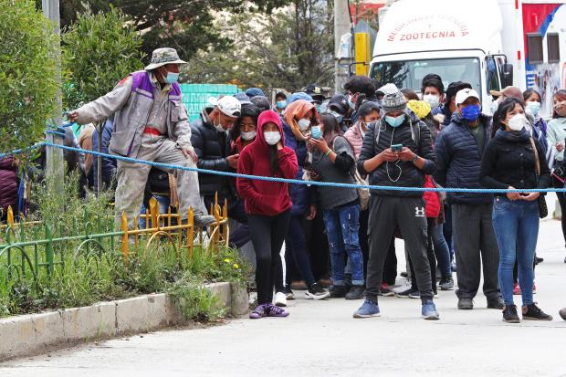 5 sinh viên Bolivia chết khi lan can ban công trường đại học sụp đổ - Ảnh 4.