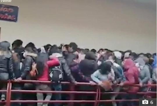 5 sinh viên Bolivia chết khi lan can ban công trường đại học sụp đổ - Ảnh 1.