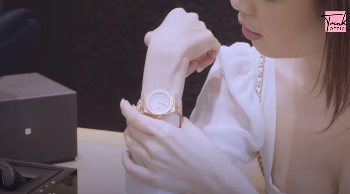 """Ngọc Trinh bị trộm BST đồng hồ trị giá 10 tỷ, nhìn lại những lần bóc giá của cô mới thấy những chiếc đồng hồ ấy """"khủng"""" thế nào - Ảnh 11."""