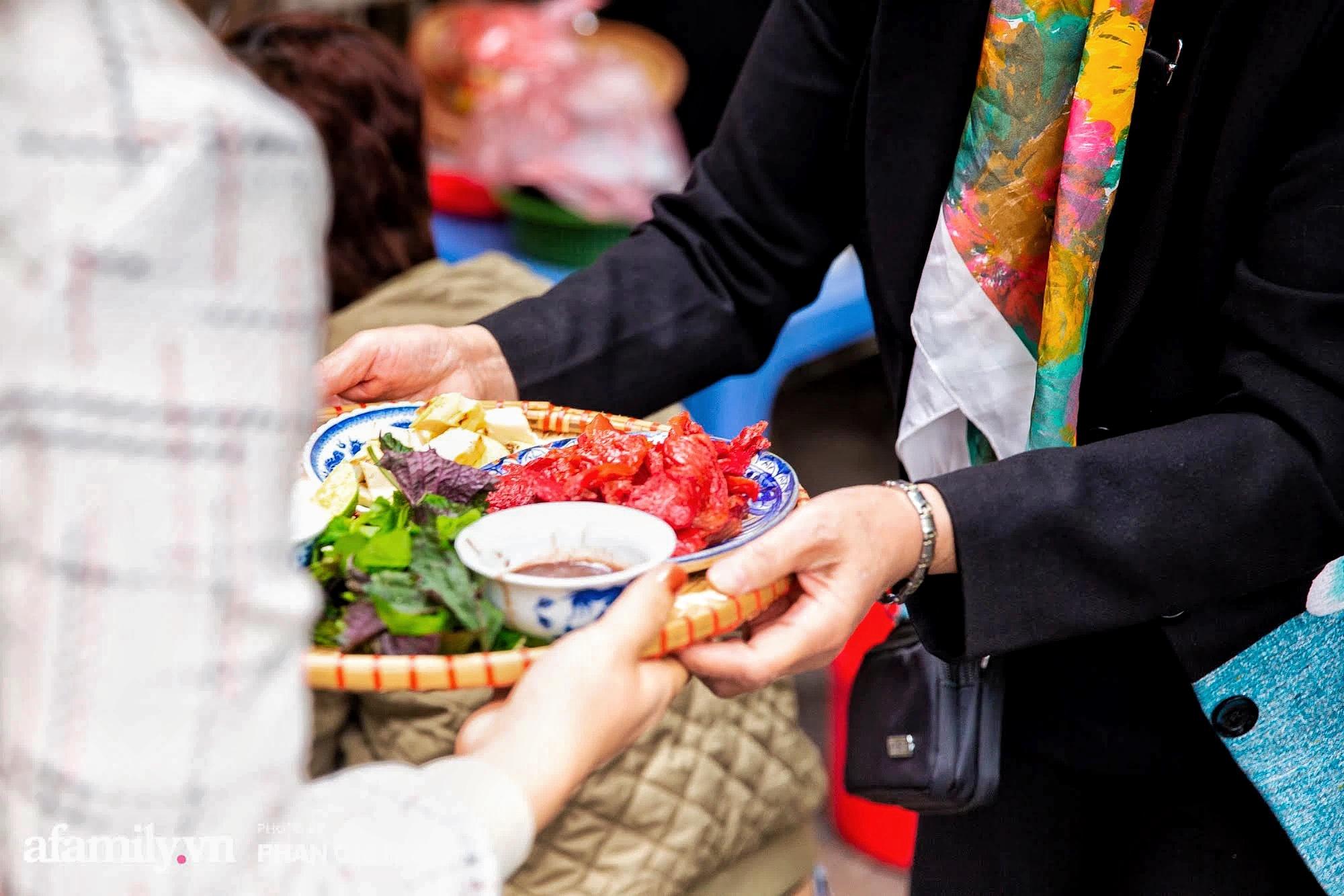 Bà chủ hàng sứa đỏ 3 đời người ở Hà Nội tiết lộ phần ngon nhất của con sứa khi rộ mùa, bật mí chỉ dùng dao tre thay vì dao thép để cắt sứa càng khiến món ăn thêm bí hiểm - Ảnh 10.