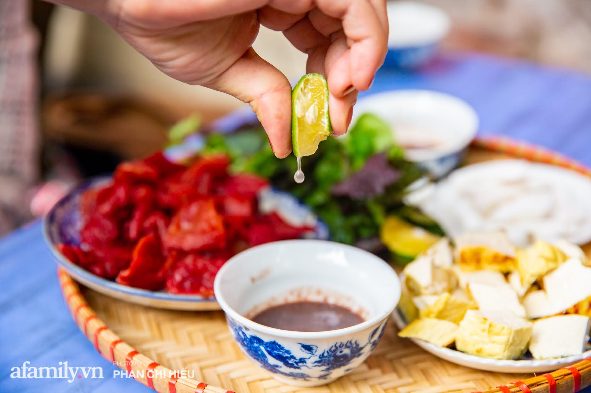 Bà chủ hàng sứa đỏ 3 đời người ở Hà Nội tiết lộ phần ngon nhất của con sứa khi rộ mùa, bật mí chỉ dùng dao tre thay vì dao thép để cắt sứa càng khiến món ăn thêm bí hiểm - Ảnh 6.