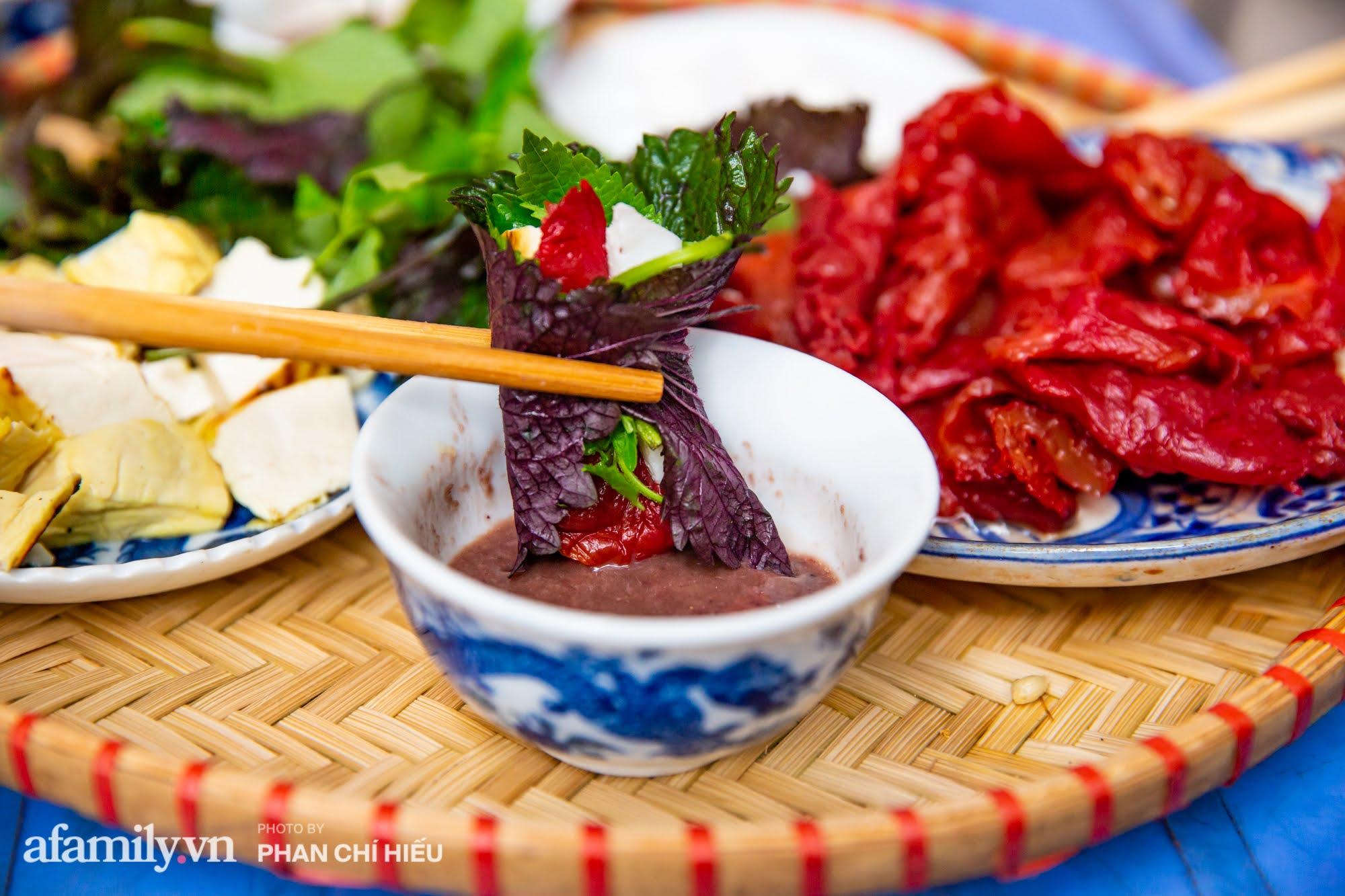 Bà chủ hàng sứa đỏ 3 đời người ở Hà Nội tiết lộ phần ngon nhất của con sứa khi rộ mùa, bật mí chỉ dùng dao tre thay vì dao thép để cắt sứa càng khiến món ăn thêm bí hiểm - Ảnh 9.