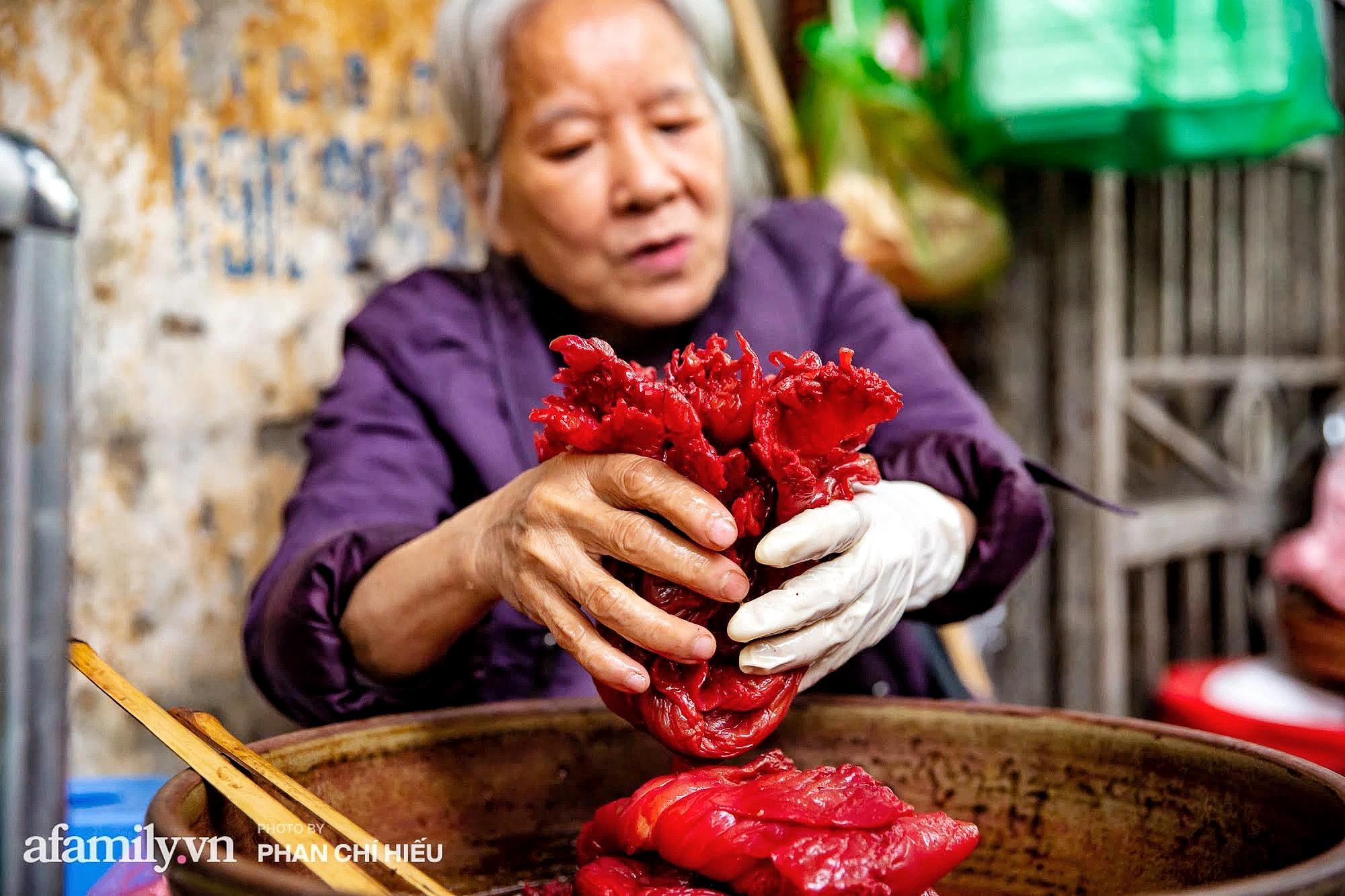Bà chủ hàng sứa đỏ 3 đời người ở Hà Nội tiết lộ phần ngon nhất của con sứa khi rộ mùa, bật mí chỉ dùng dao tre thay vì dao thép để cắt sứa càng khiến món ăn thêm bí hiểm - Ảnh 5.