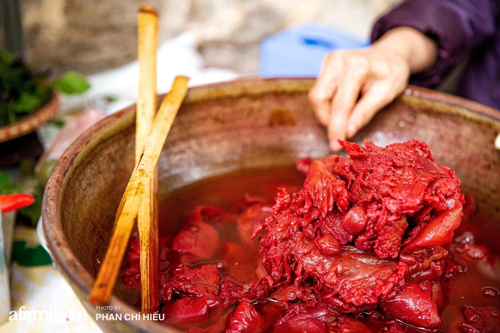 Bà chủ hàng sứa đỏ 3 đời người ở Hà Nội tiết lộ phần ngon nhất của con sứa khi rộ mùa, bật mí chỉ dùng dao tre thay vì dao thép để cắt sứa càng khiến món ăn thêm bí hiểm - Ảnh 4.