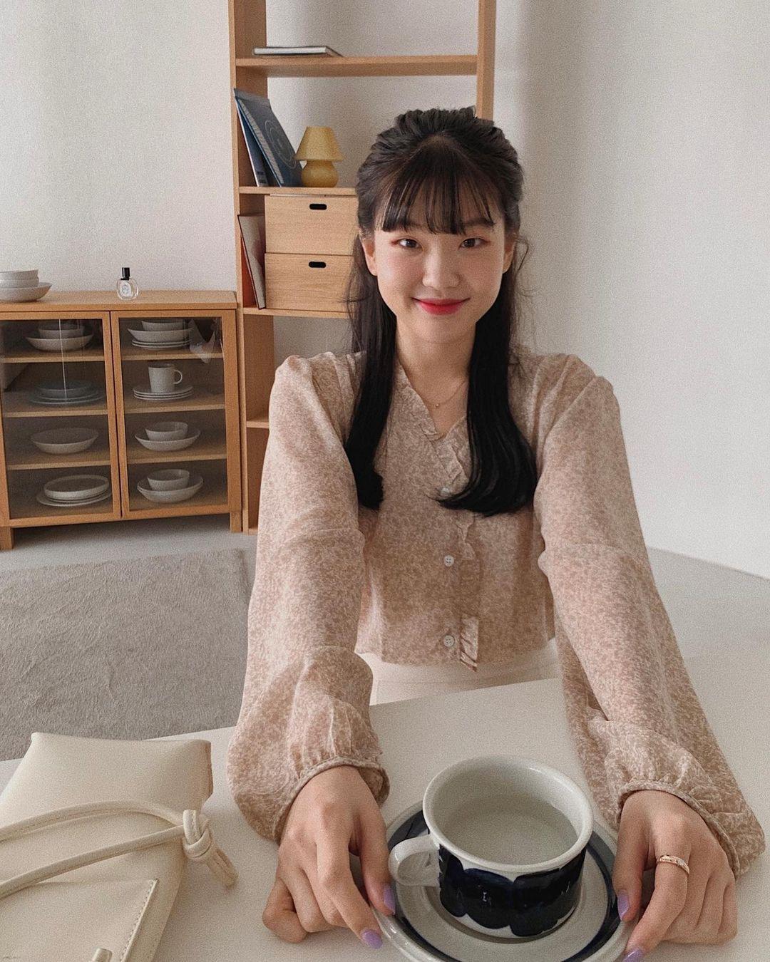 Tủ đồ mùa của hội gái Hàn sành điệu luôn có đủ 10 item sau, bạn cứ học theo là ra cả loạt set đồ sành điệu - Ảnh 2.