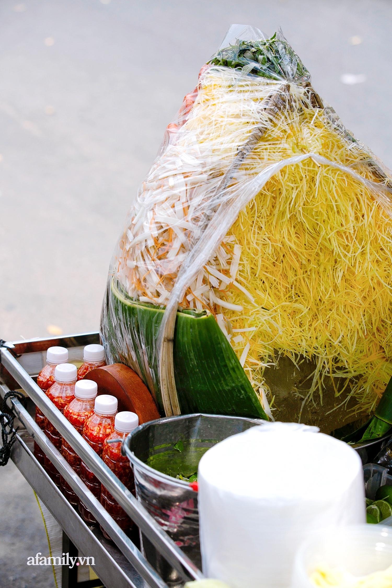 """Gánh gỏi ngó sen tôm càng """"chuẩn 5 sao"""" của """"thánh hàng rong"""" Sài Gòn, một năm đổi chục món nhưng nhờ nước chấm thần thánh mà tự tin bán món nào cũng chất, cũng đông! - Ảnh 11."""
