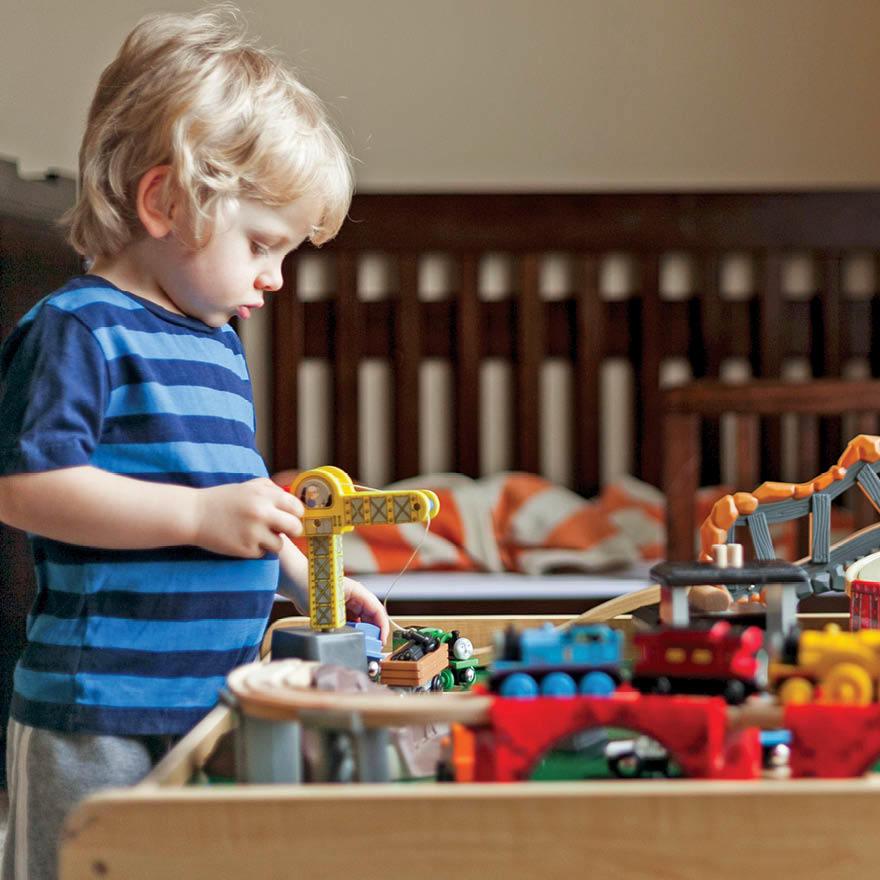 Để con tự chơi một mình 20 phút, bà mẹ giật mình khi thấy bộ dạng cậu bé - Ảnh 2.