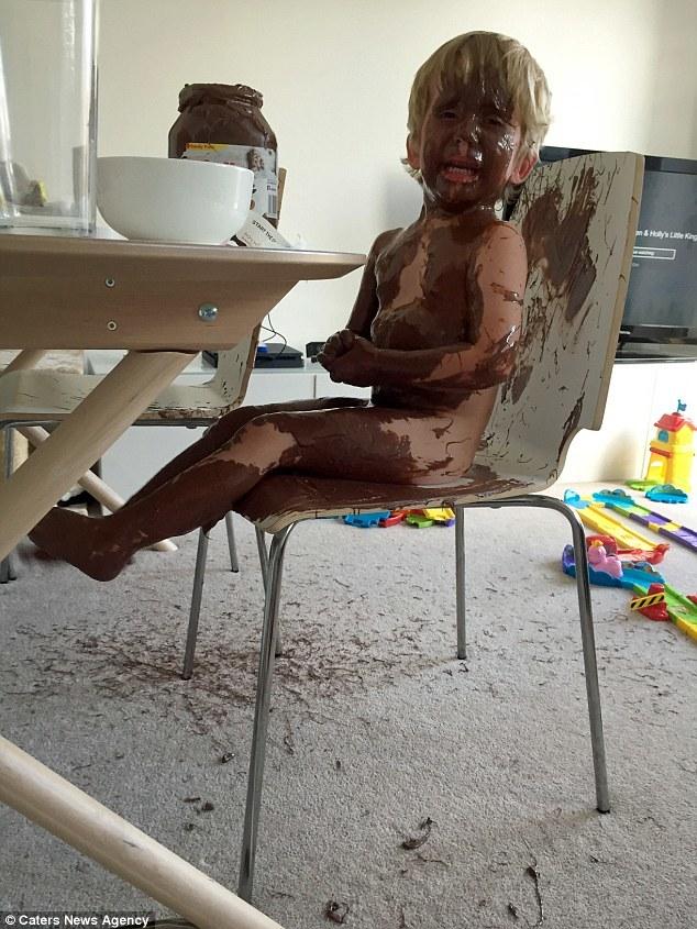 Để con tự chơi một mình 20 phút, bà mẹ giật mình khi thấy bộ dạng cậu bé - Ảnh 1.