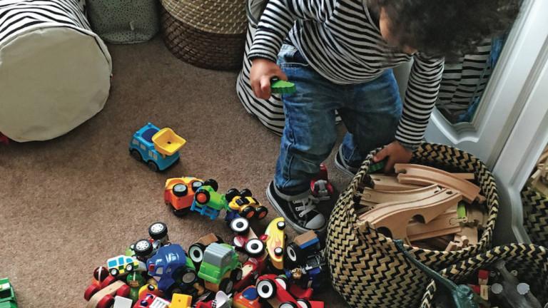 Để con tự chơi một mình 20 phút, bà mẹ giật mình khi thấy bộ dạng cậu bé - Ảnh 3.