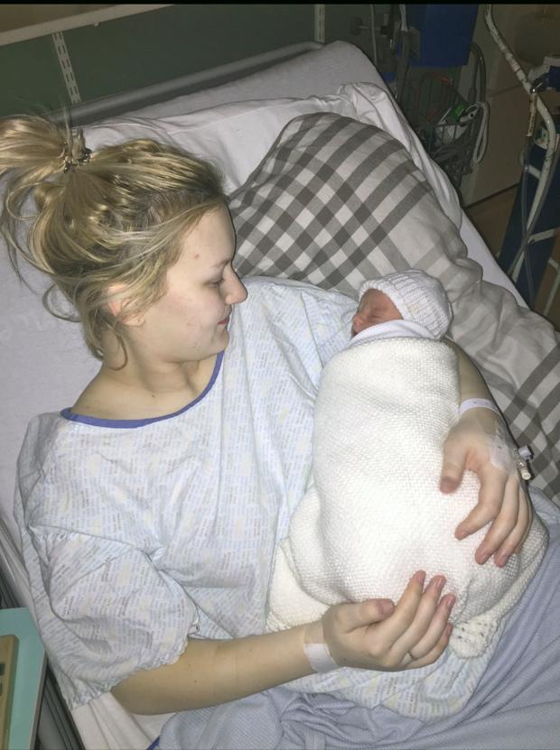 Bà mẹ bất ngờ sinh con sau 1 con đau lưng dù bụng phẳng lì và hai lần thử thai đều âm tính - Ảnh 3.