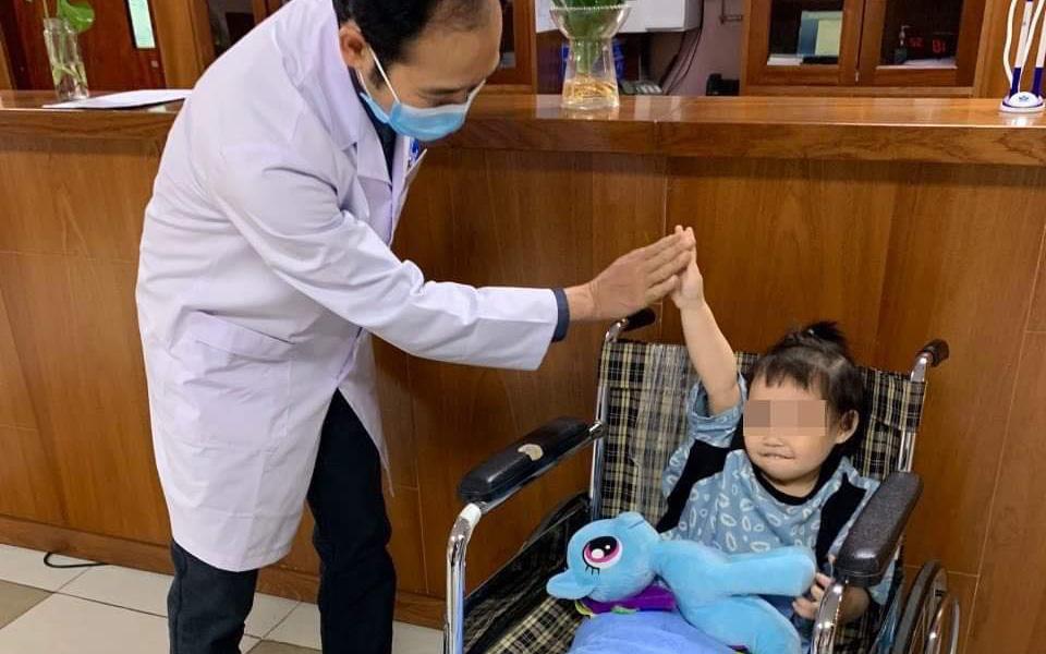 """Bé gái rơi từ tầng 12 chung cư ở Hà Nội được ra viện: """"Đây thực sự là niềm hạnh phúc quá lớn lao của gia đình"""""""