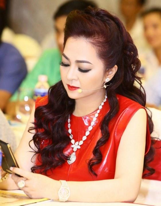 """Vợ ông Dũng """"lò vôi"""" - bà chủ khu du lịch Đại Nam 6.000 tỷ: """"Tôi là Nguyễn Phương Hằng, tôi đi hiên ngang bên đời anh Dũng"""" - Ảnh 1."""