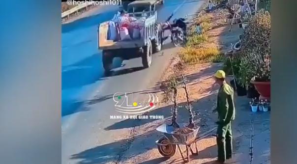 Khoảng khắc chiếc xe kéo cán qua người phụ nữ mang bầu khiến dân mạng không khỏi rùng mình - Ảnh 2.