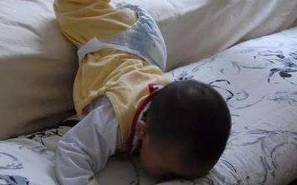 Khi trẻ bị ngã, bố mẹ nhất định phải làm 3 điều này thay vì vội vàng bế con lên ngay