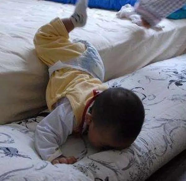 Khi trẻ bị ngã, mẹ nhất định phải làm 3 điều này thay vì vội vàng bế con lên ngay - Ảnh 1.