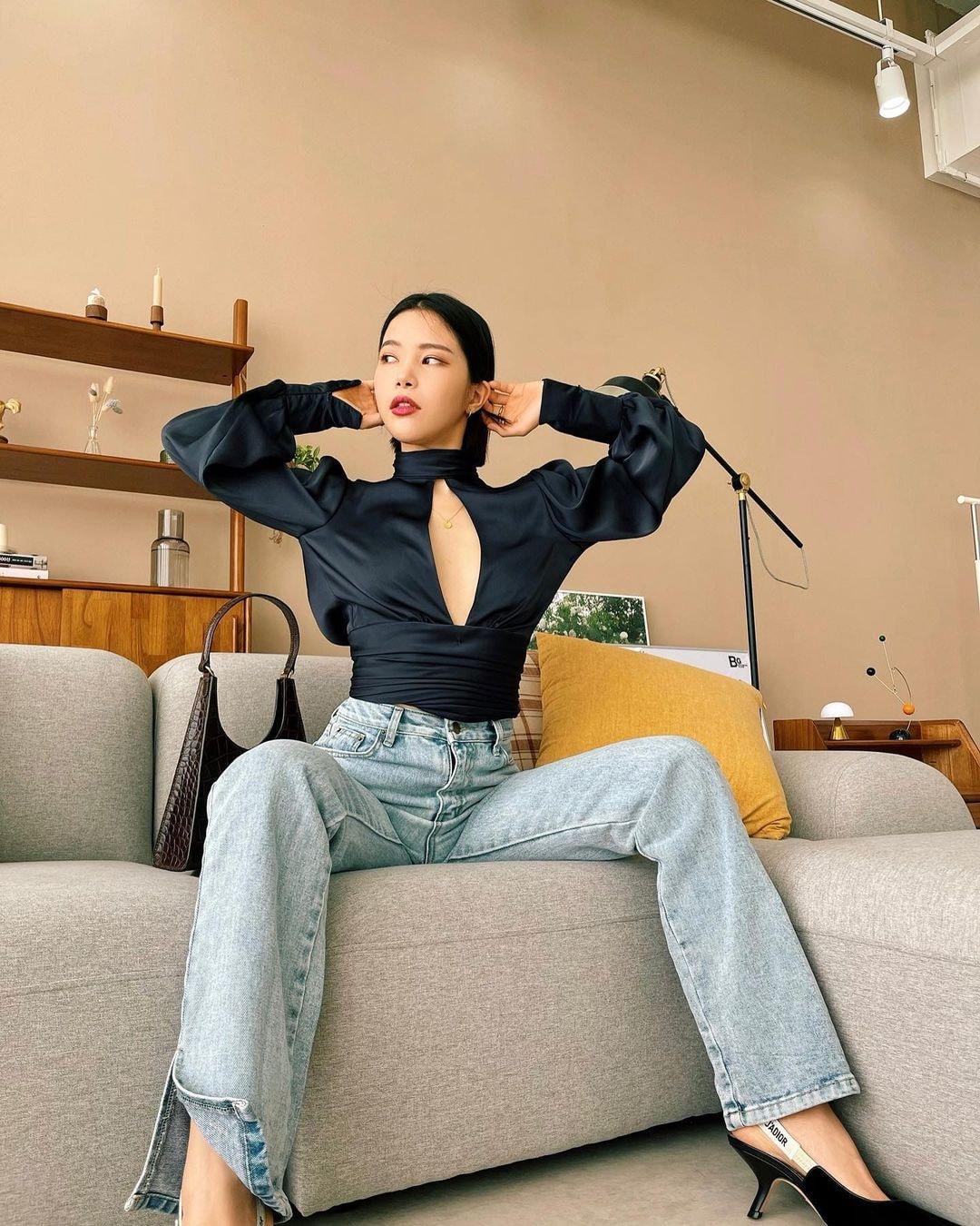 2 thái cực khi diện áo hở bạo: Jennie che đậy để tránh hớ hênh trong khi Solar (MAMAMOO) khoe body ná thở - Ảnh 8.