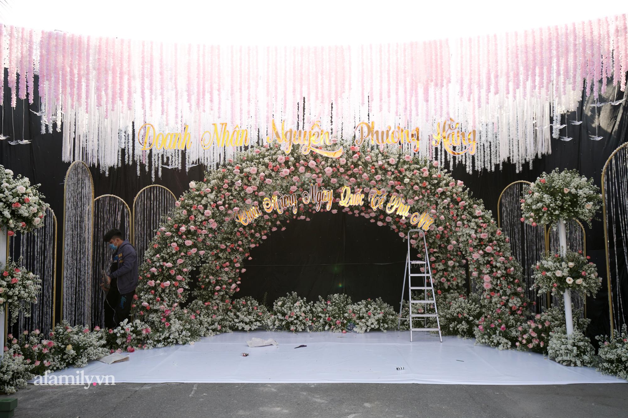 """Siêu choáng buổi tiệc 8/3 miễn phí cho 1.500 người do doanh nhân Phương Hằng - vợ ông Dũng """"lò vôi"""" tổ chức: Sảnh to như đám cưới, thực đơn chuẩn nhà hàng 5 sao - Ảnh 1."""