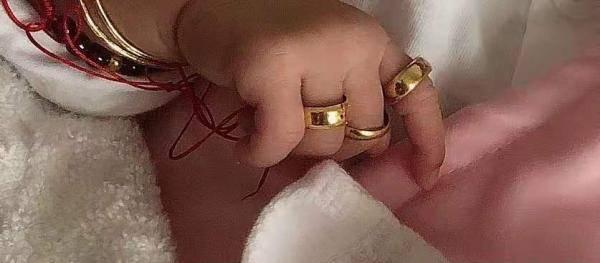 Đeo nhẫn vàng kín 5 ngón tay con và tai nạn nghiêm trọng đã xảy ra khiến cha mẹ phải hối hận - Ảnh 1.