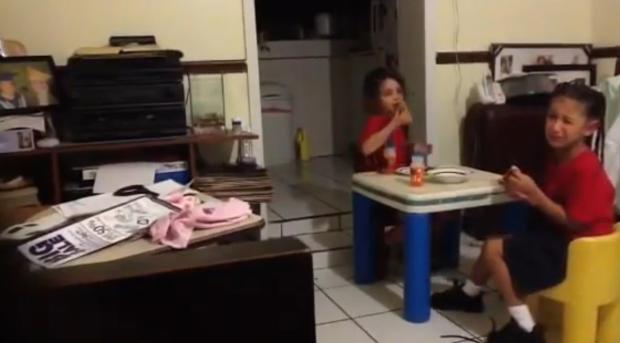 """Hoảng hồn nghe 2 bé gái hét thất thanh rồi bỏ chạy khi nhìn thấy """"bóng ma"""" vô hình ngay trong bếp nhà mình"""