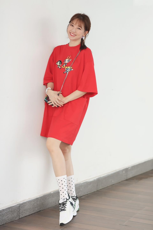 Lên sân khấu ăn vận lồng lộn nhưng ngoài đời Hari Won chỉ diện đi diện lại kiểu áo đơn giản này - Ảnh 2.