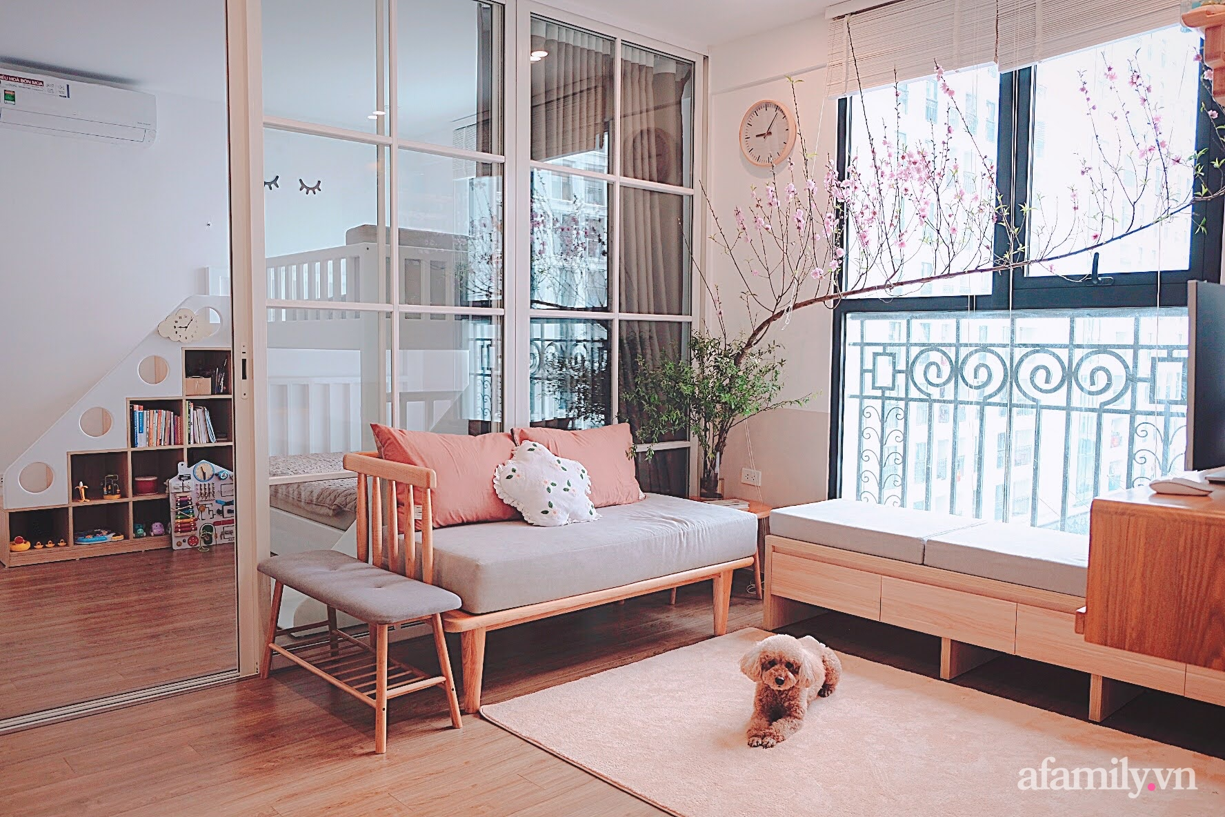 Căn hộ 78m² đẹp tinh tế và tiện dụng với phong cách tối giản của cặp vợ chồng trẻ ở Hà Nội - Ảnh 1.