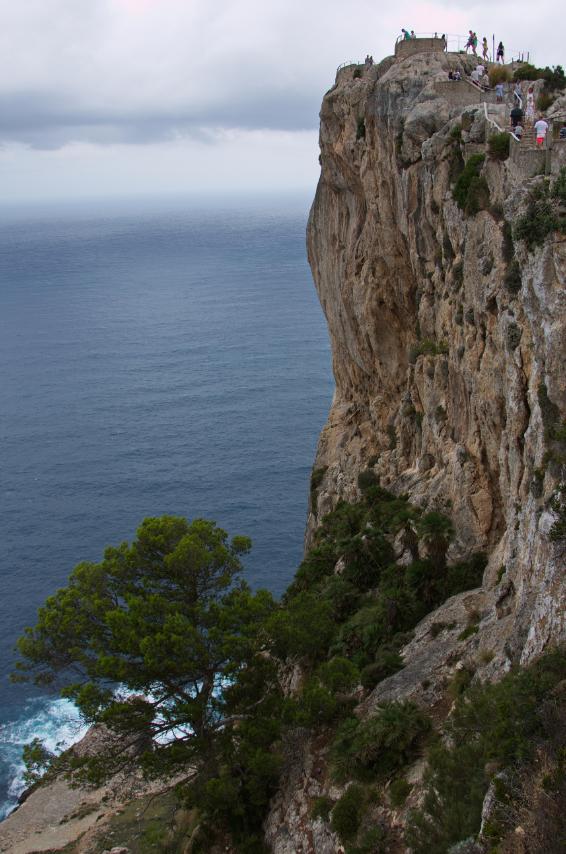 Người đàn ông liều mình đứng trên vách đá ngắm cảnh tuyệt đẹp, cảnh chưa kịp ngắm đã ngã dúi dụi từ độ cao 45m để lại hiện trường ám ảnh - Ảnh 2.