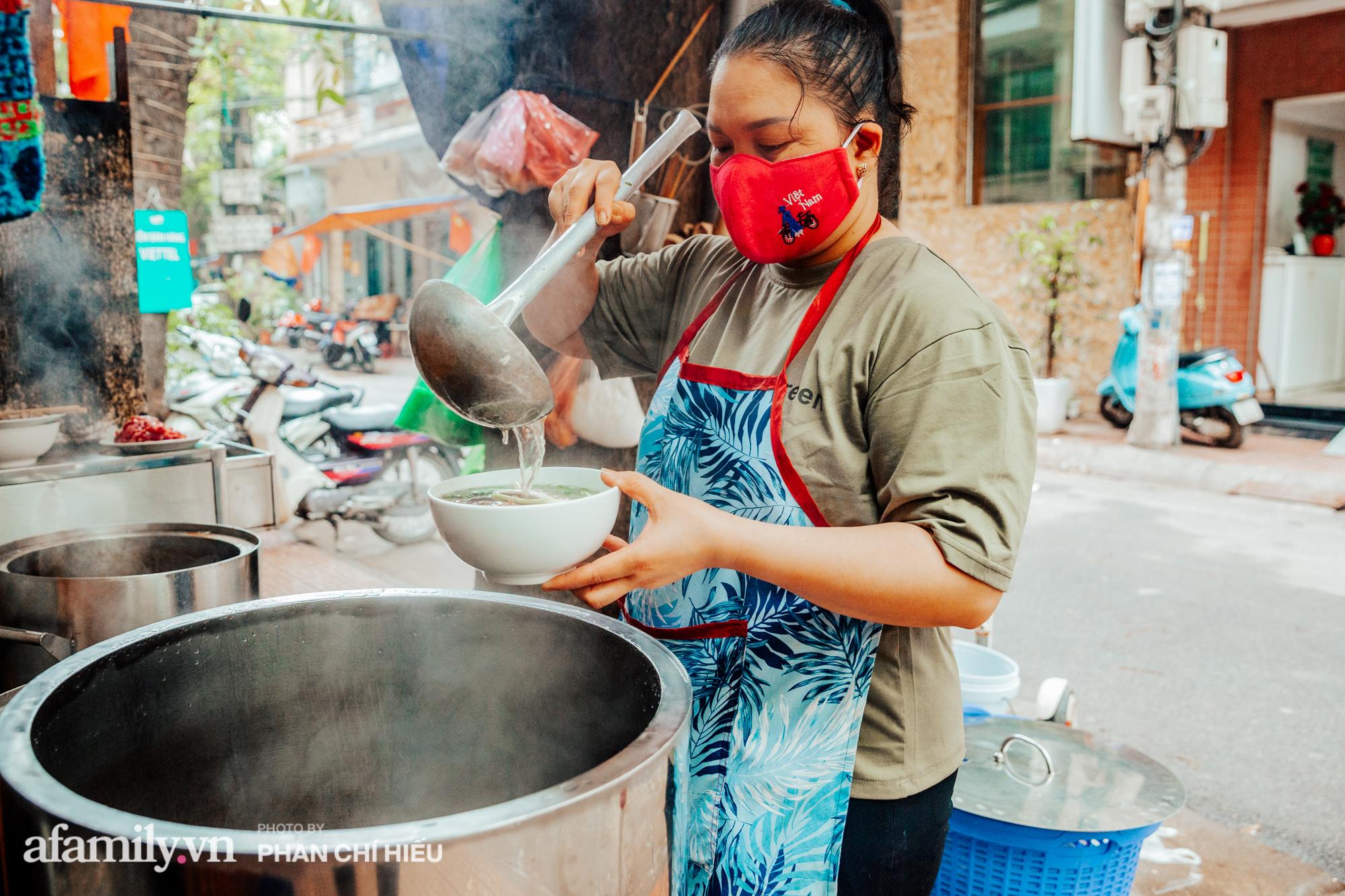 """Quán phở """"diễn xiếc"""" lạ nhất Hà Nội: Đồ ăn nóng hôi hổi được ship bằng xe cân bằng, ông chủ lấy thiện cảm bằng phong cách phục vụ như người nhà - Ảnh 6."""