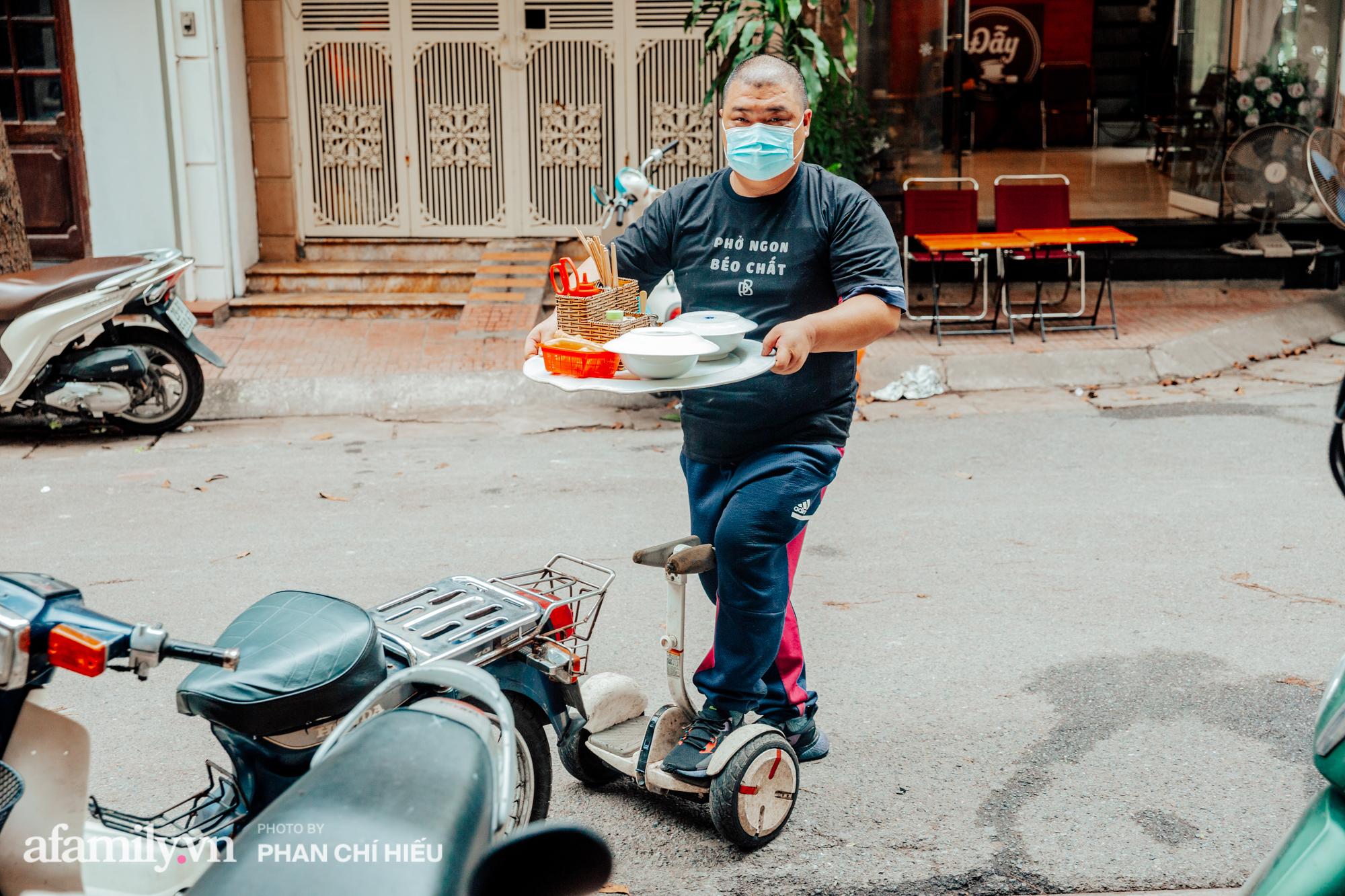 """Quán phở """"diễn xiếc"""" lạ nhất Hà Nội: Đồ ăn nóng hôi hổi được ship bằng xe cân bằng, ông chủ lấy thiện cảm bằng phong cách phục vụ như người nhà - Ảnh 3."""