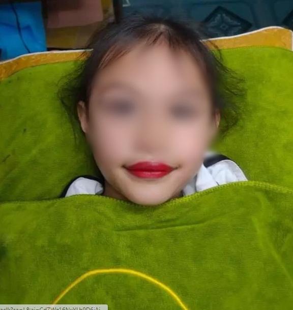 Xôn xao hình ảnh bé gái 5 tuổi đã được phụ huynh cho đi xăm môi, cư dân mạng lập tức nổ ra bình luận trái chiều - Ảnh 2.