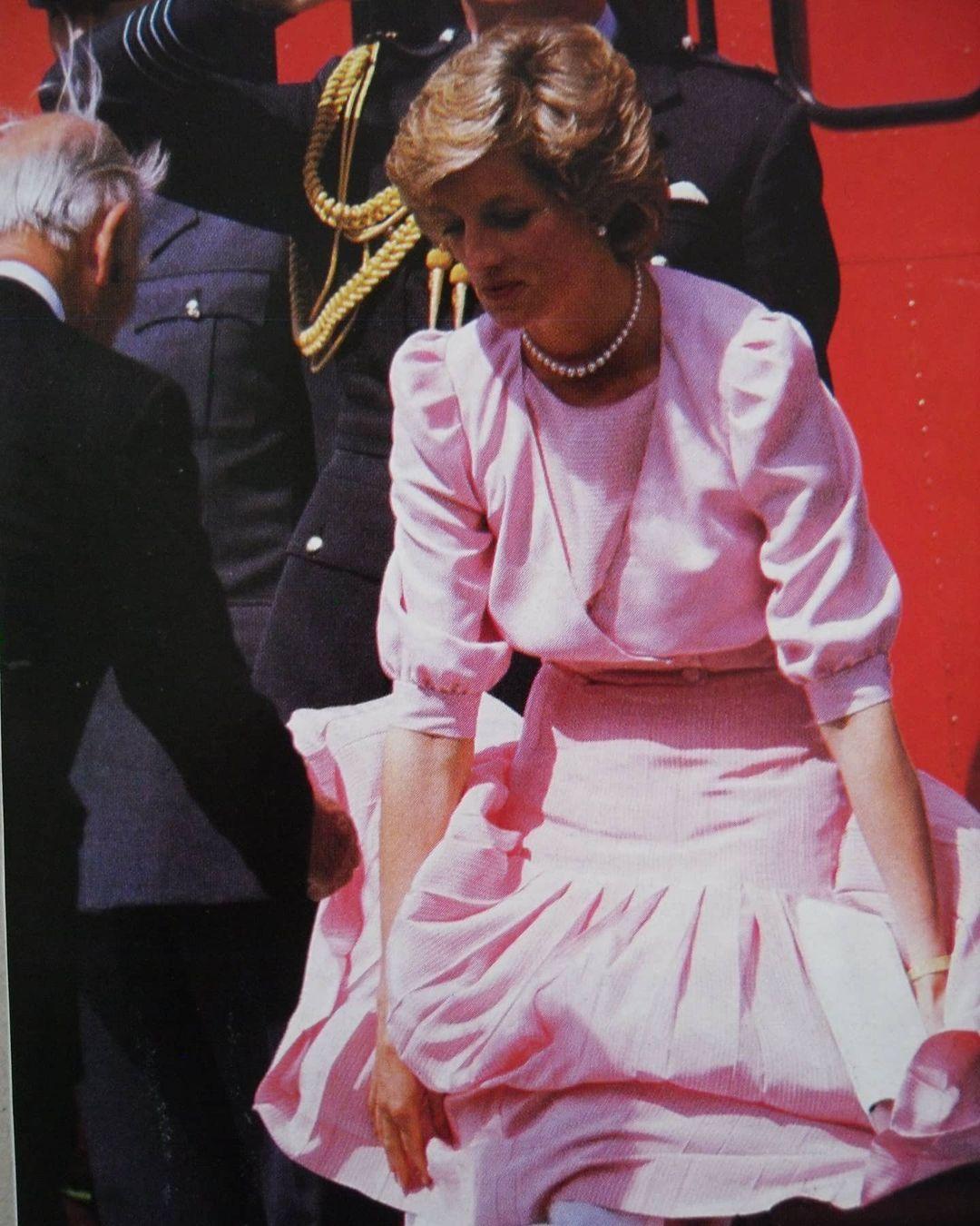 Đến Công nương Diana còn gặp sự cố váy áo này, huống chi là Kate Middleton - Ảnh 2.