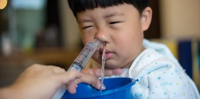 Có nên dùng xilanh bơm nước muối rửa mũi cho bé? - Ảnh 1.