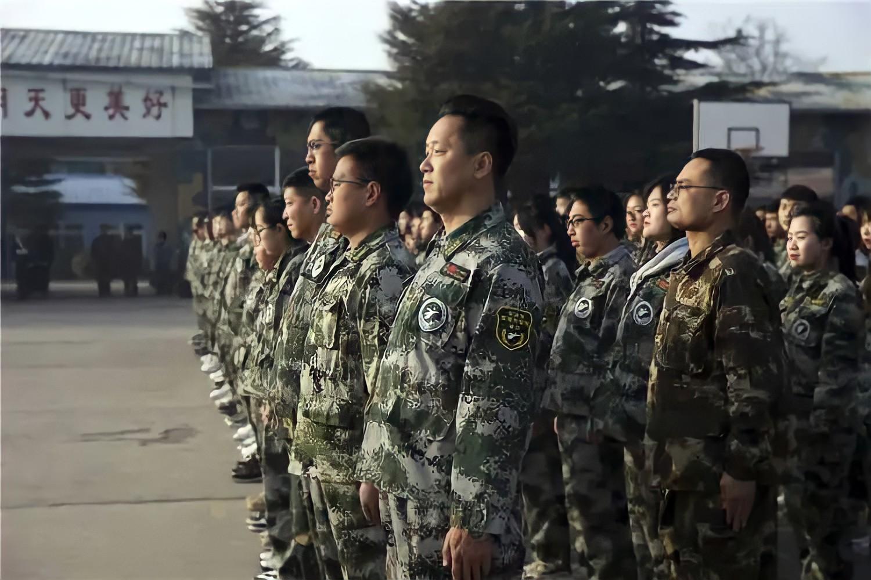 Từ nhân viên bảo vệ đến hiệu trưởng quốc dân: Chàng trai nghèo bỏ học giữa chừng tự tay viết nên vận mệnh khiến cả Trung Quốc ngưỡng mộ - Ảnh 1.