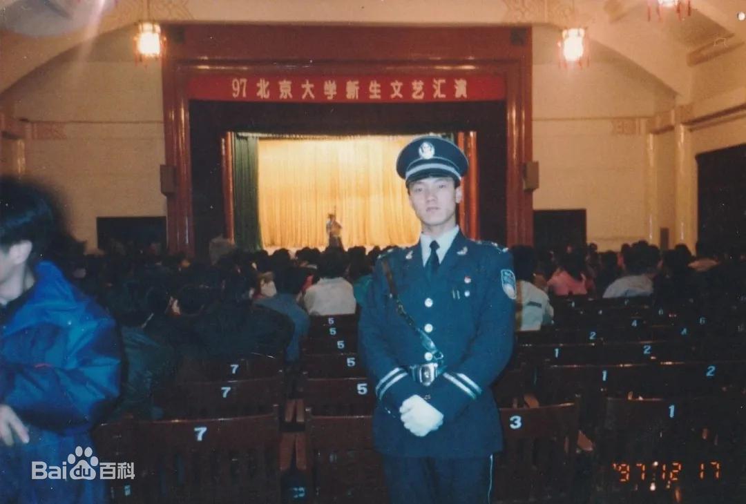Từ nhân viên bảo vệ đến hiệu trưởng quốc dân: Chàng trai nghèo bỏ học giữa chừng tự tay viết nên vận mệnh khiến cả Trung Quốc ngưỡng mộ - Ảnh 4.