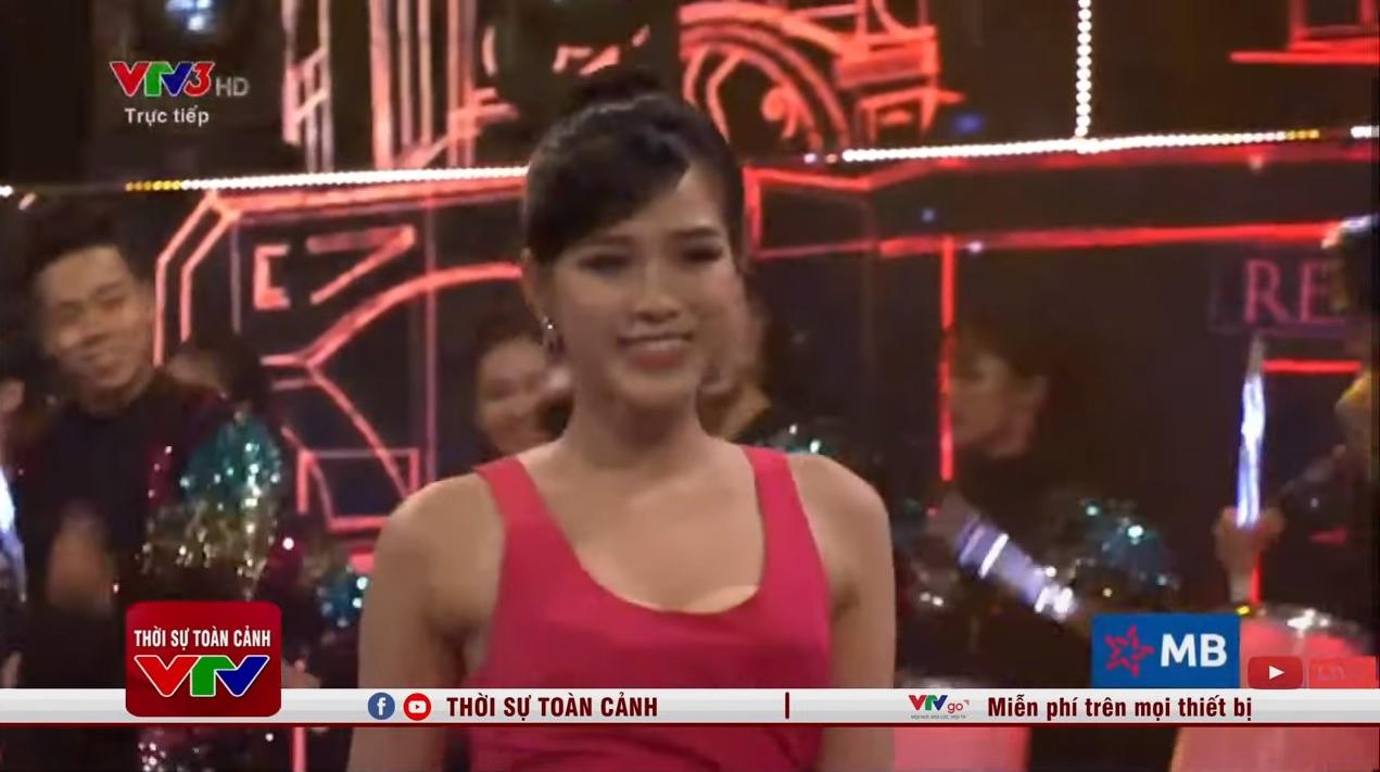 """Hoa hậu Đỗ Thị Hà hớ hênh lộ """"phụ tùng"""" trên sóng truyền hình vì bộ đầm gợi cảm - Ảnh 5."""