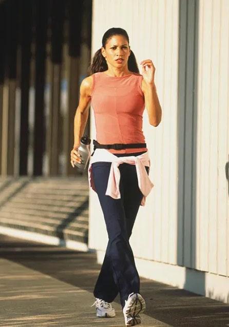 8 sai lầm khi đi bộ khiến sức khỏe bị tổn hại, thậm chí đau nhức toàn thân - Ảnh 2.