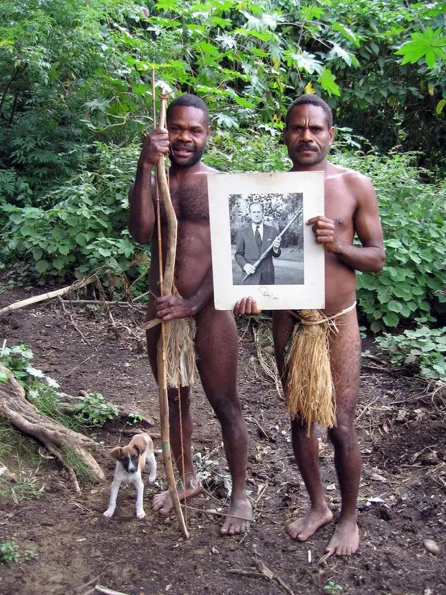 Kỳ lạ bộ lạc sống trên đảo xa tôn thờ cố Hoàng thân Philip, quyết định để tang khi hay tin ông qua đời - Ảnh 4.