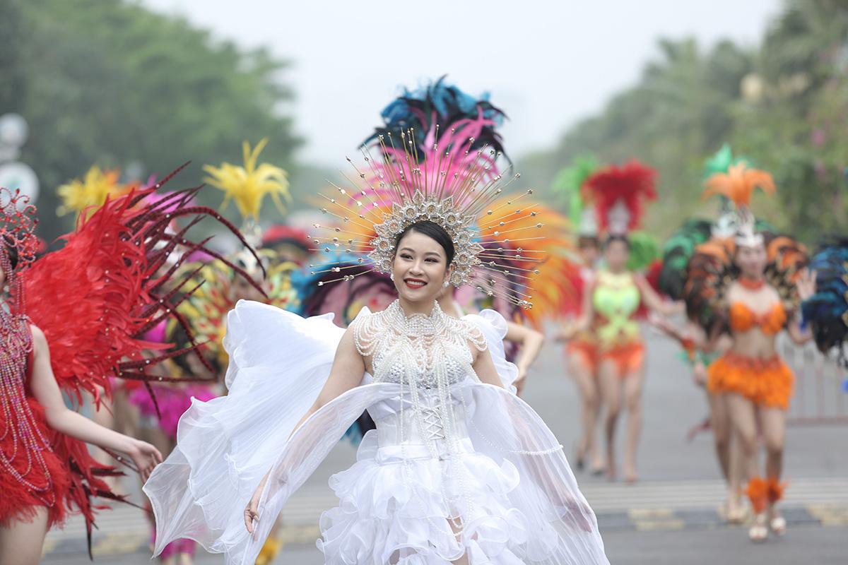 Hàng vạn người đổ về Sầm Sơn dự lễ hội hoa, độ hot của phố biển là đây chứ đâu - Ảnh 1.