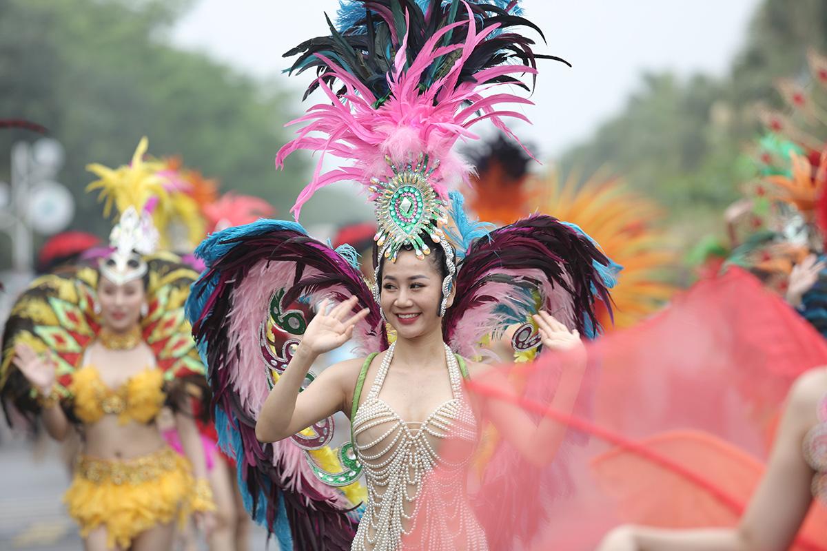 Hàng vạn người đổ về Sầm Sơn dự lễ hội hoa, độ hot của phố biển là đây chứ đâu - Ảnh 2.