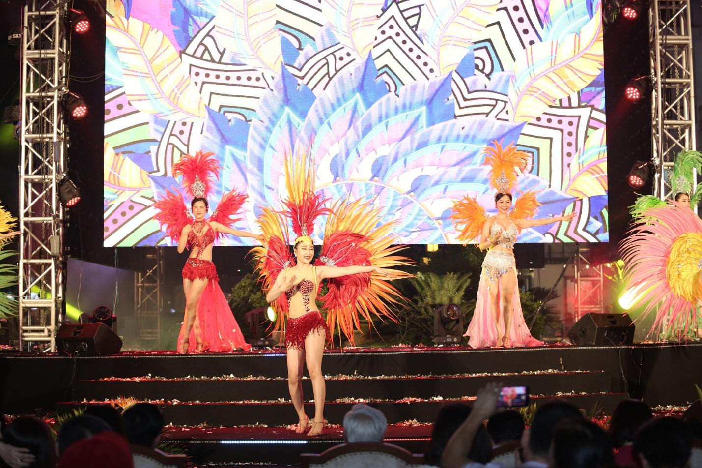 Hàng vạn người đổ về Sầm Sơn dự lễ hội hoa, độ hot của phố biển là đây chứ đâu - Ảnh 12.