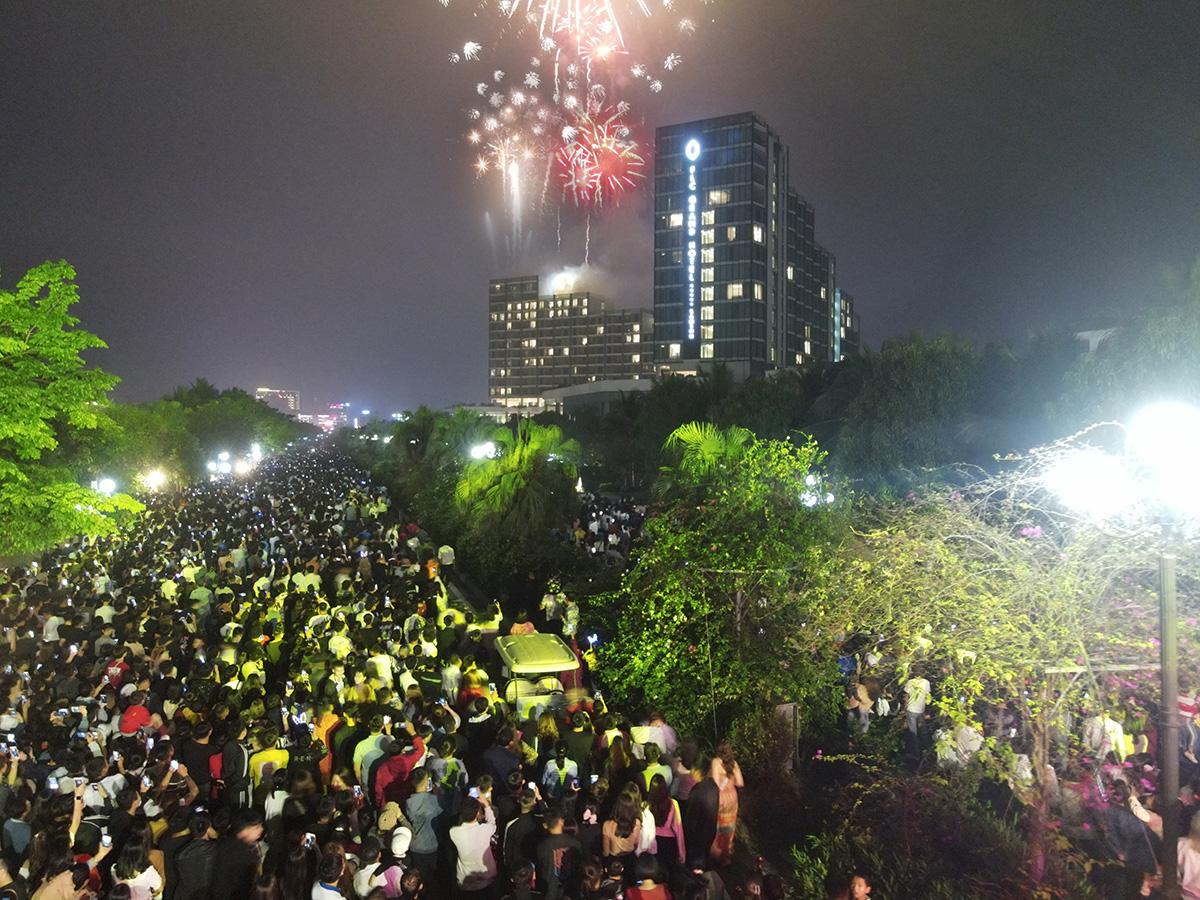 Hàng vạn người đổ về Sầm Sơn dự lễ hội hoa, độ hot của phố biển là đây chứ đâu - Ảnh 13.